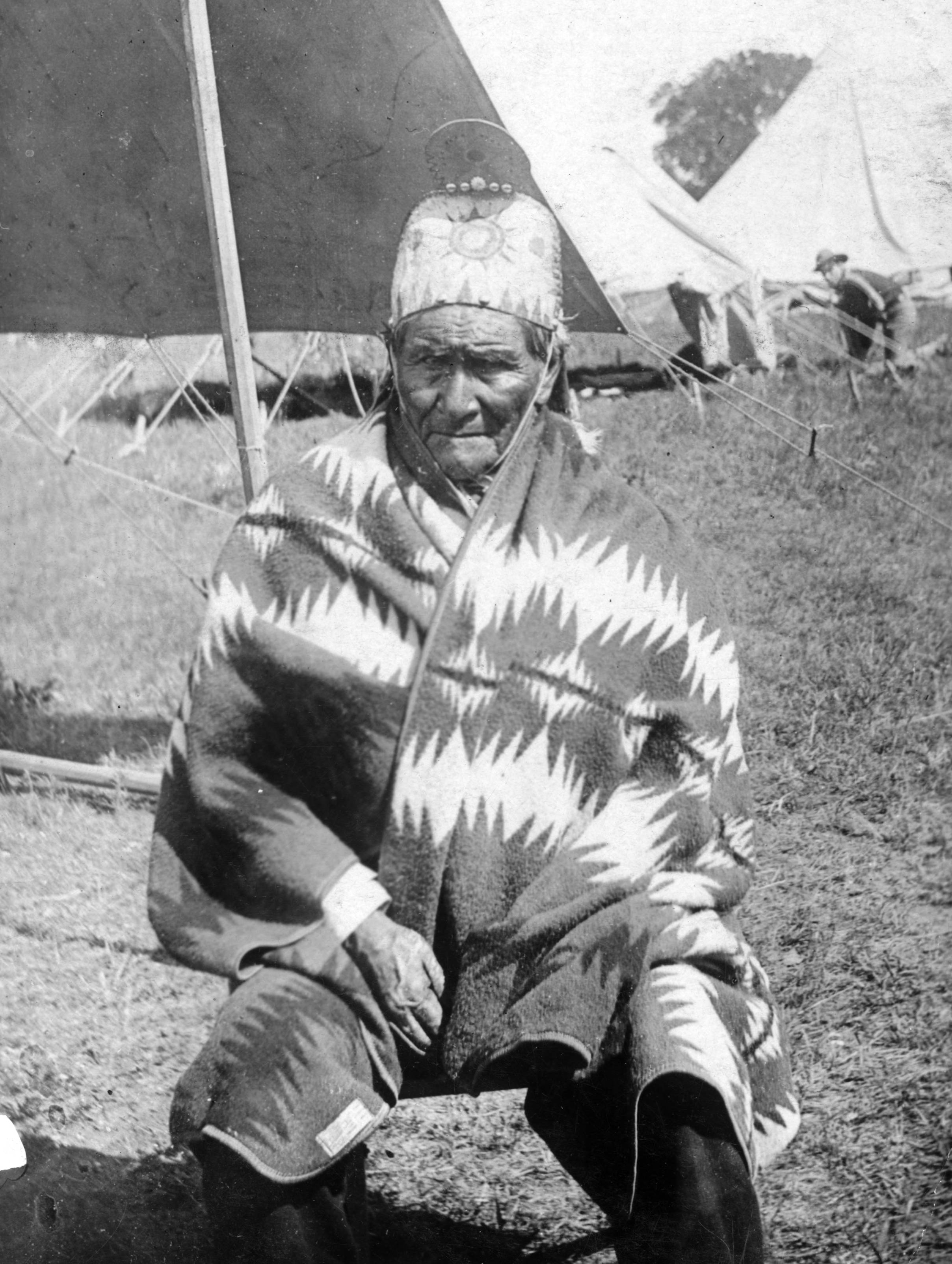 https://i1.wp.com/upload.wikimedia.org/wikipedia/commons/3/36/Geronimo%2C_as_US_prisoner.jpg