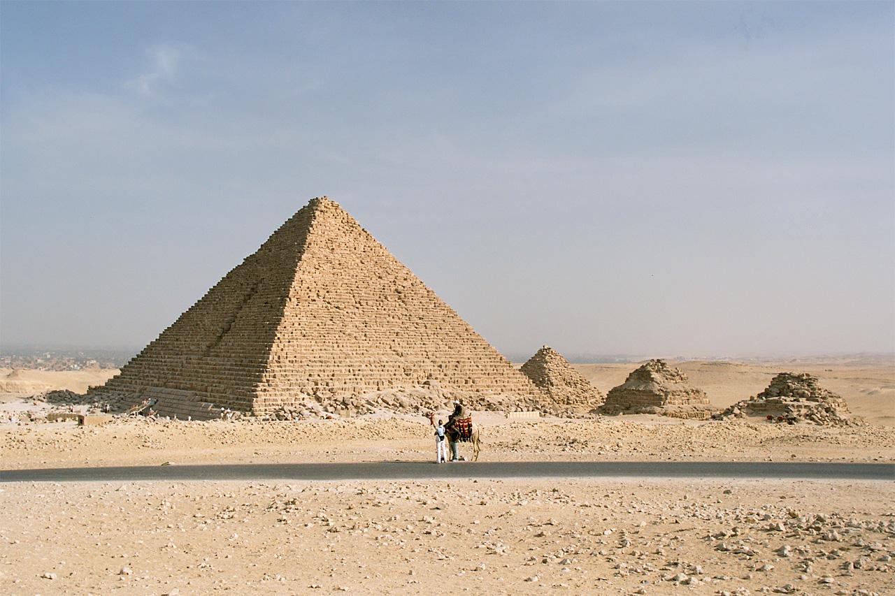 La pirámide de Micerino y las tres pirámides de las reinas