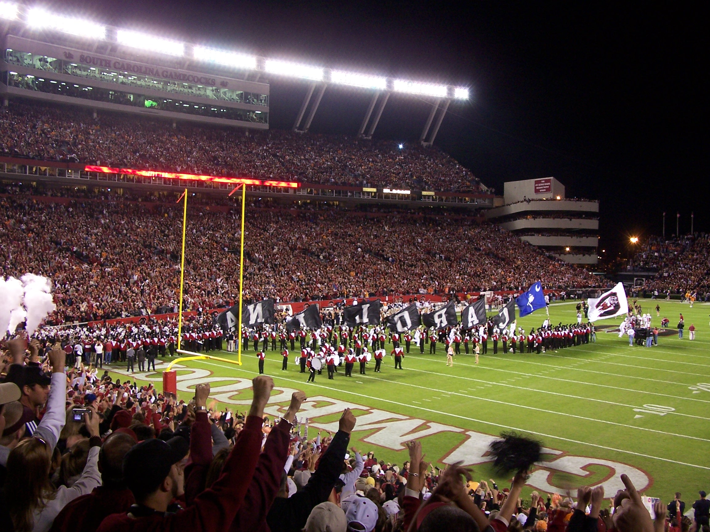 https://i1.wp.com/upload.wikimedia.org/wikipedia/commons/3/38/Williams-Brice_Stadium.jpg