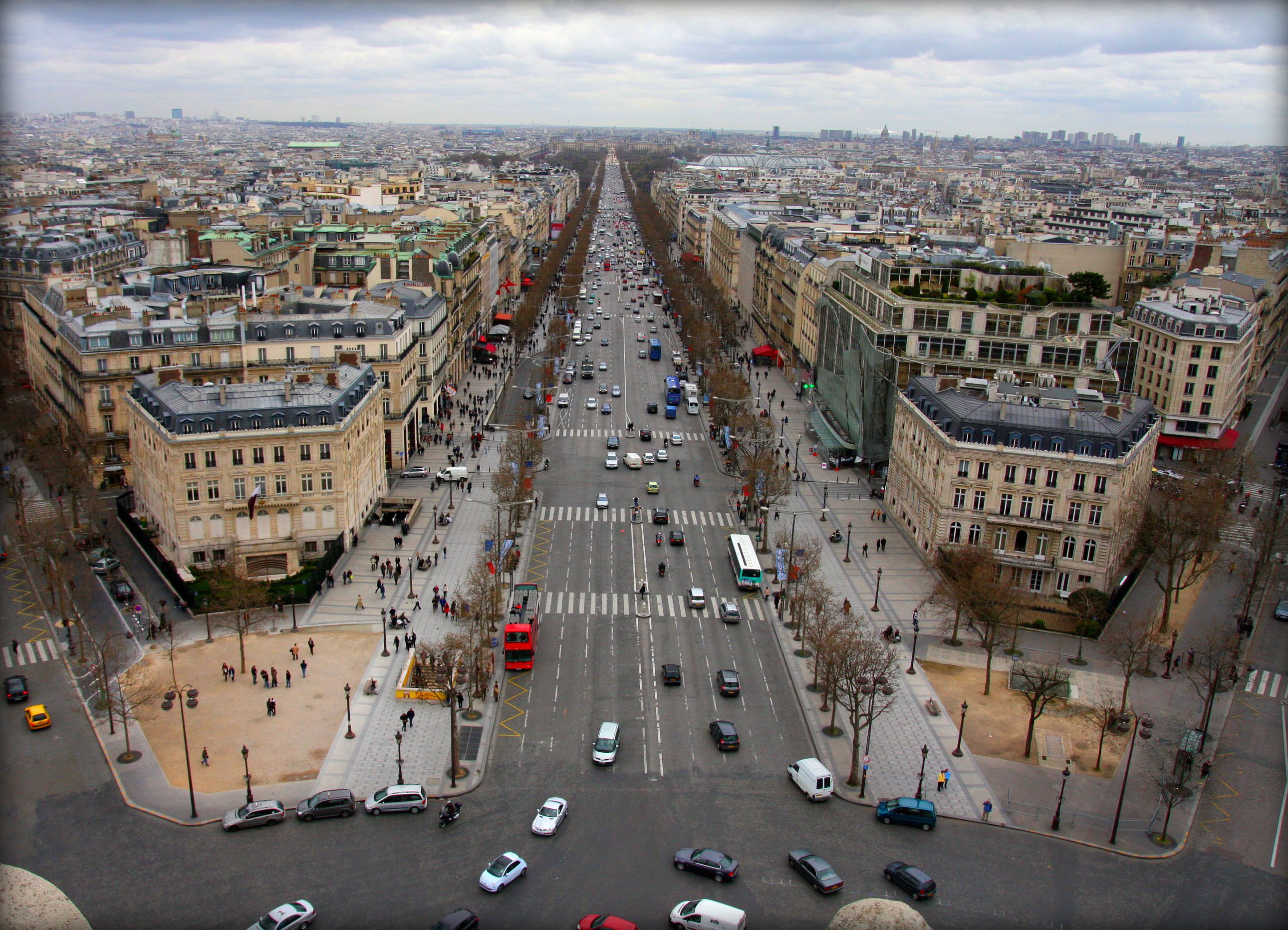 Français : Paris, Avenue des Champs-Élysées vu...