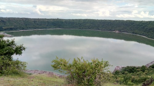 https://i1.wp.com/upload.wikimedia.org/wikipedia/commons/3/3b/Lonar_Crater_Lake.jpg?resize=500%2C281&ssl=1