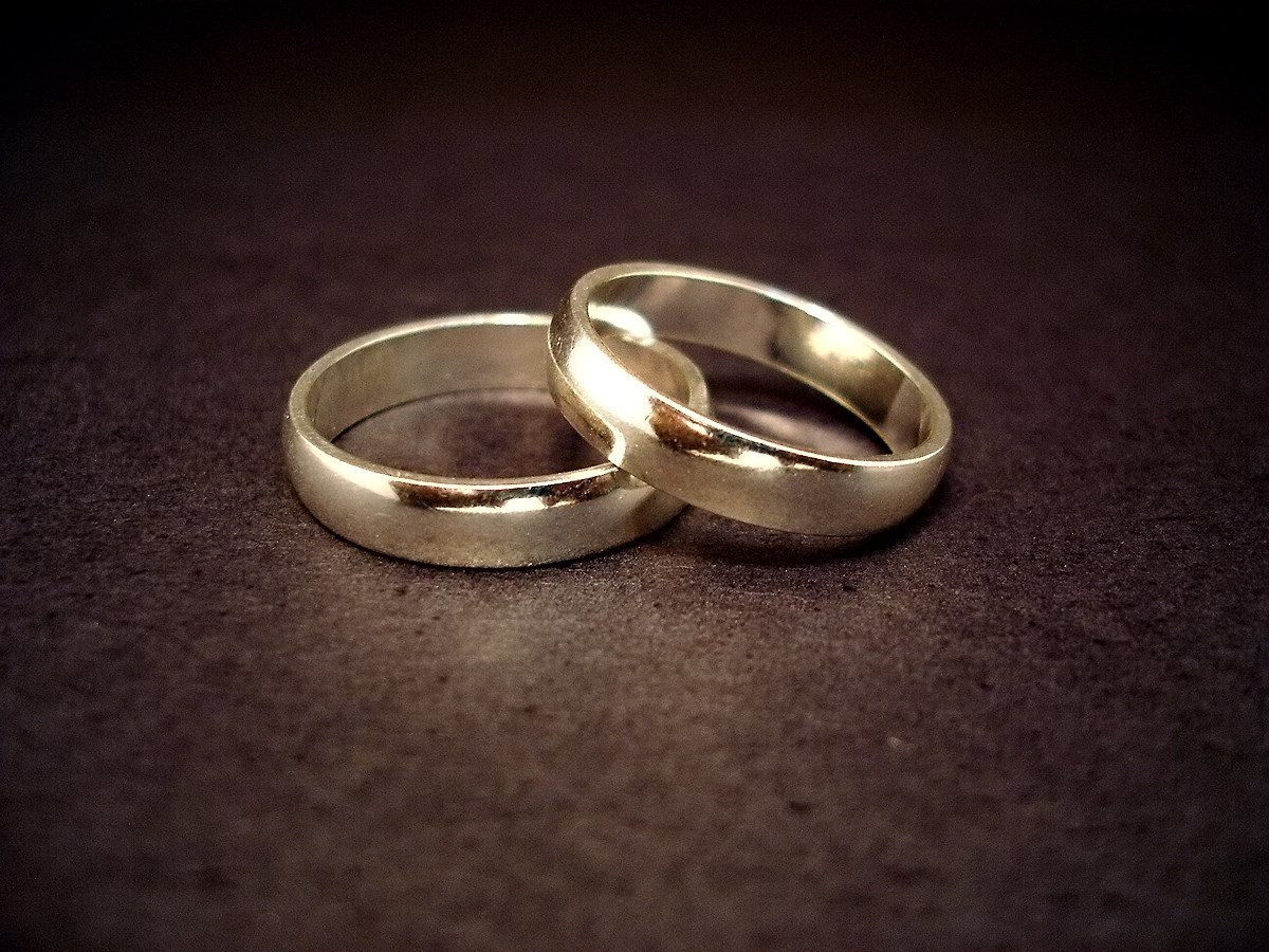 https://i1.wp.com/upload.wikimedia.org/wikipedia/commons/3/3d/Wedding_rings.jpg
