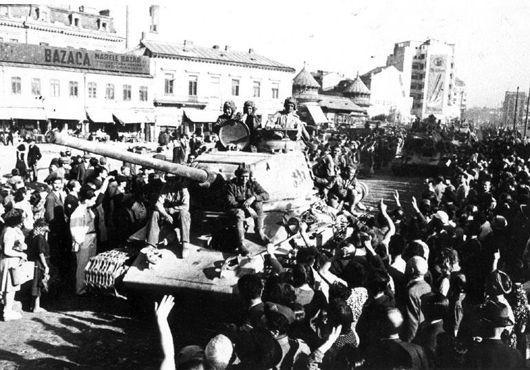 El ejército Rojo es vitoreado al entrar en Bucarest