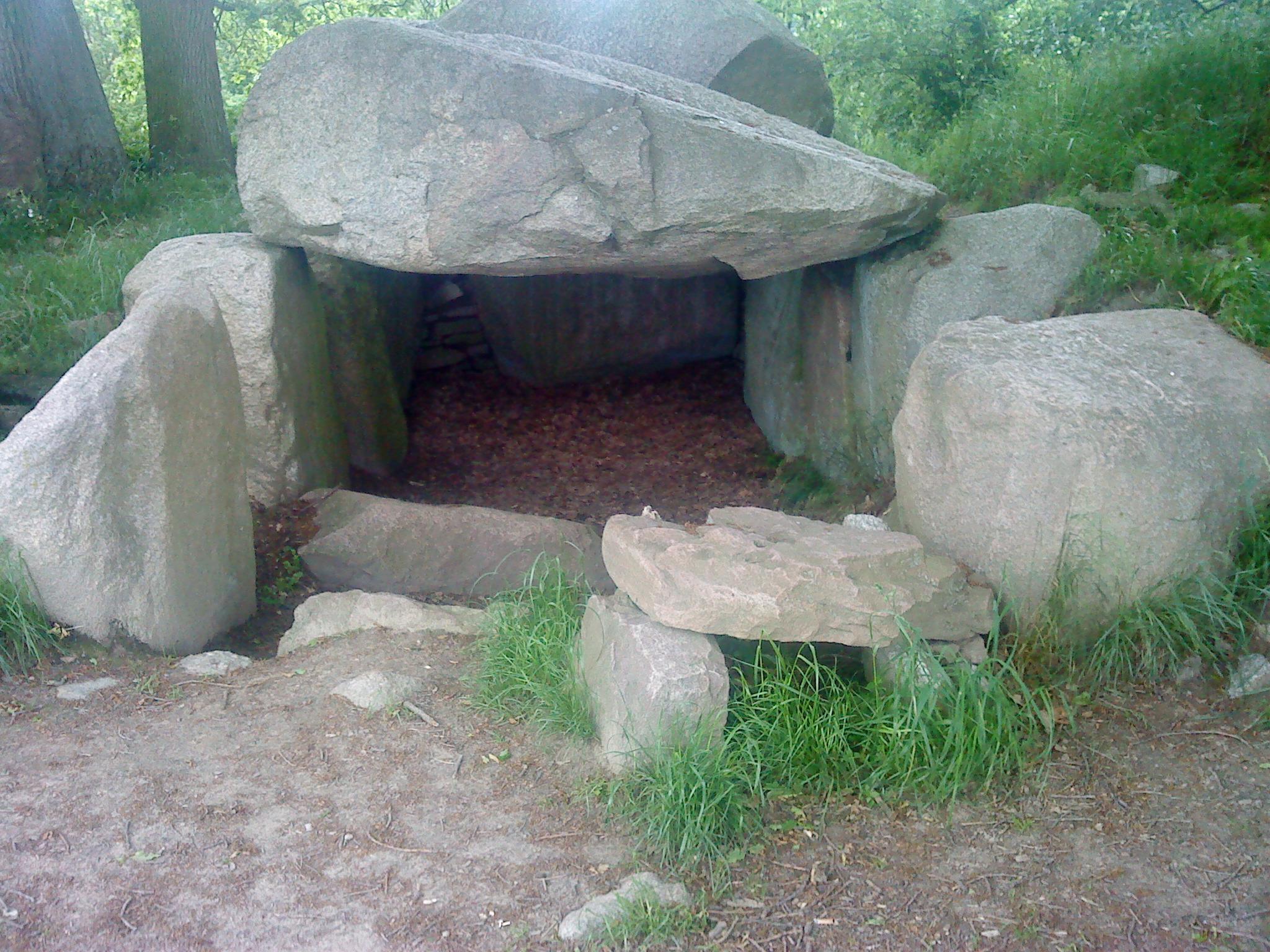 Dolmen in Lancken-Granitz, Insel Ruegen, Ostdeutschland zwischen 3.500 - 3.200 BC von der Trichterbecherkultur errichtet. Dieser war Teil einer Gruppe von 7 Dolmen die teilweise mit Bannkreis und einem Wächterstein versehen waren.