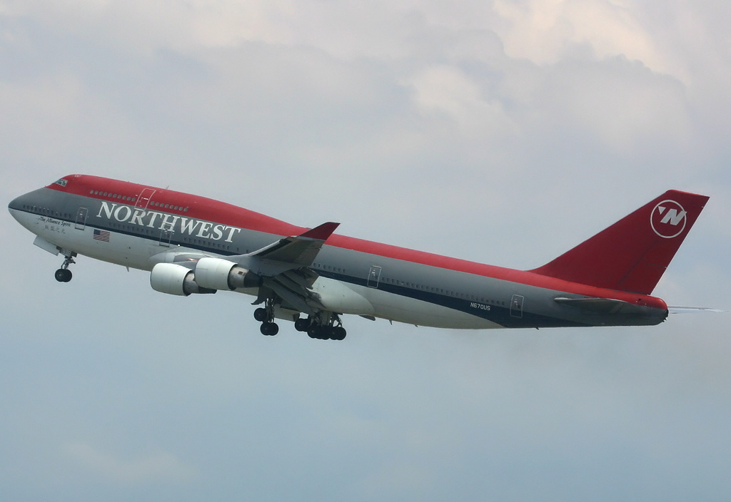 https://i1.wp.com/upload.wikimedia.org/wikipedia/commons/4/42/Northwest_Airlines_Boeing_747-400_Spijkers.jpg