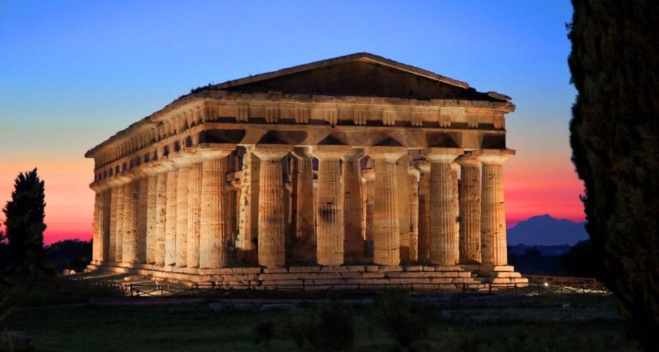Atração noturna no verão da Itália: Paestum, região Campânia