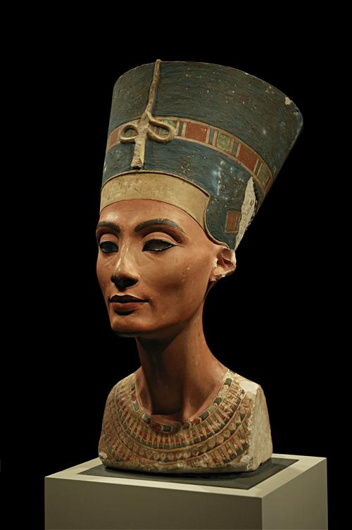 Busto de Nefretiti, com uma especie de eye liner.