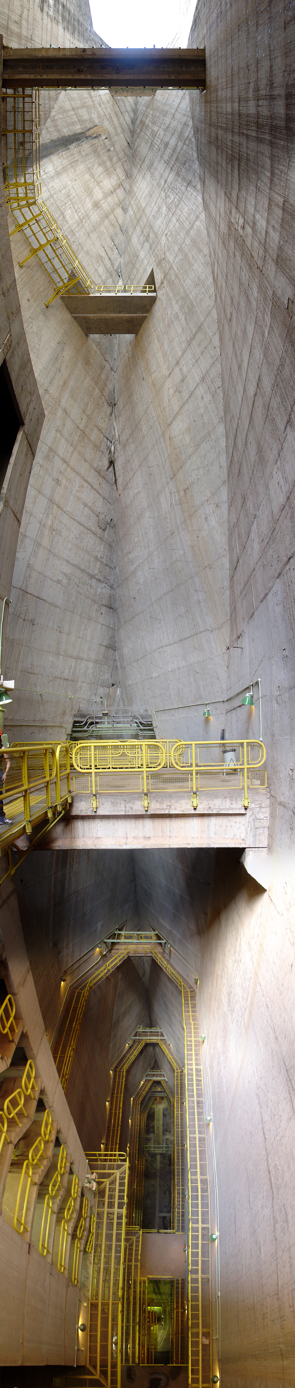 https://i1.wp.com/upload.wikimedia.org/wikipedia/commons/4/49/Itaipu_D%C3%A9cembre_2007_-_Int%C3%A9rieur_du_barrage.jpg