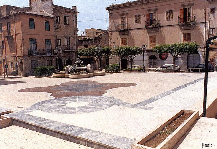 Italiano: Piazza Aldo Moro di Campobello di Li...