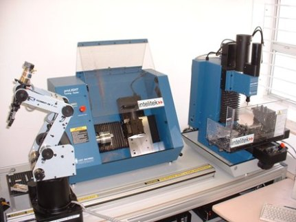FMS dengan sebuah robot, mesin CNC-Mill dan CNC-Lathe
