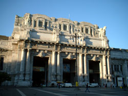 English: Milan Central Station façade. Picture...