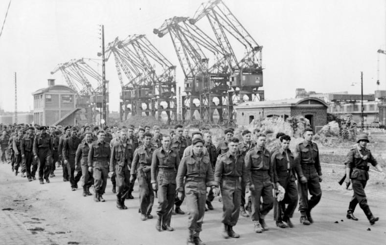 File:Bundesarchiv Bild 101I-291-1229-05, Dieppe, Landungsversuch, alliierte Kriegsgefangene.jpg