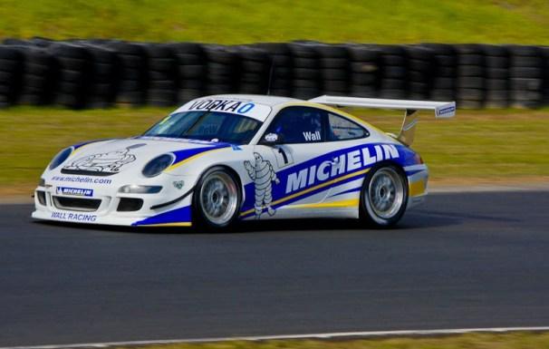 Автомобиль Porsche с эмблемой компании Michelin