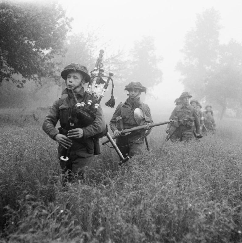 Geführt von ihrem Pfeifer rücken die Soldaten der 7. Seaforth Highlanders der 15. (Scottish) Division während der Operation 'Epsom' am 26. Juni 1944 vor