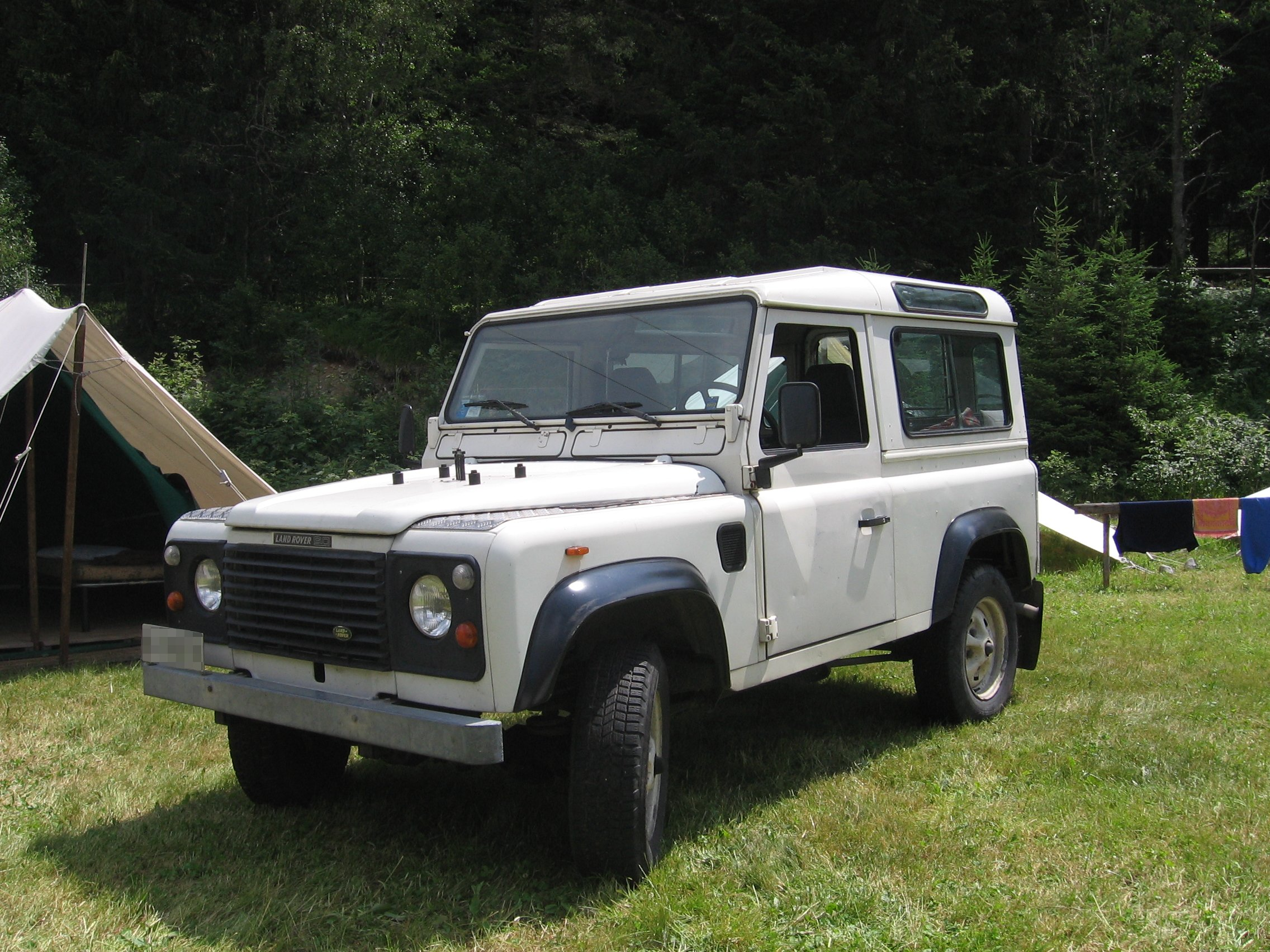 File White Land Rover 90 TD front left Wikimedia mons