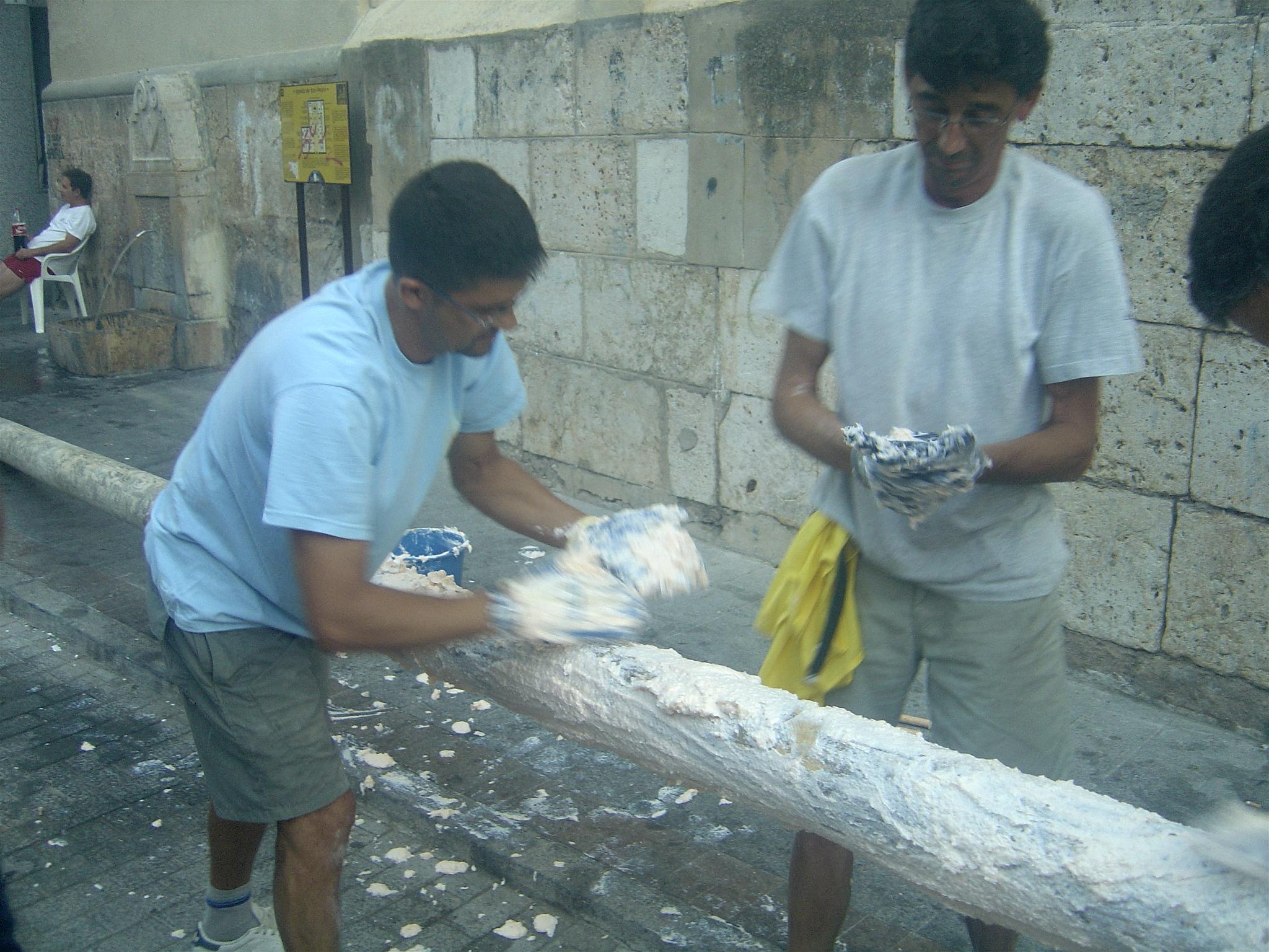 File Two Men Preparing Greasy Pole For La Tomatina Festival