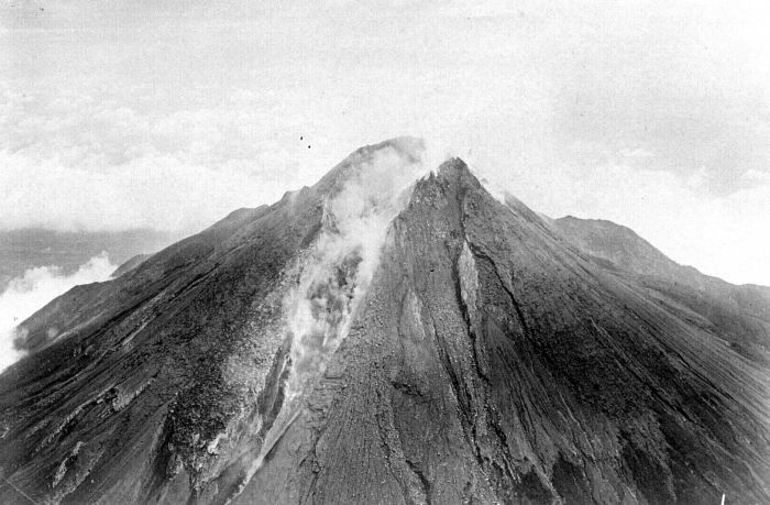 https://i1.wp.com/upload.wikimedia.org/wikipedia/commons/5/5c/COLLECTIE_TROPENMUSEUM_Uitbarsting_van_de_Merapi_TMnr_10004113.jpg