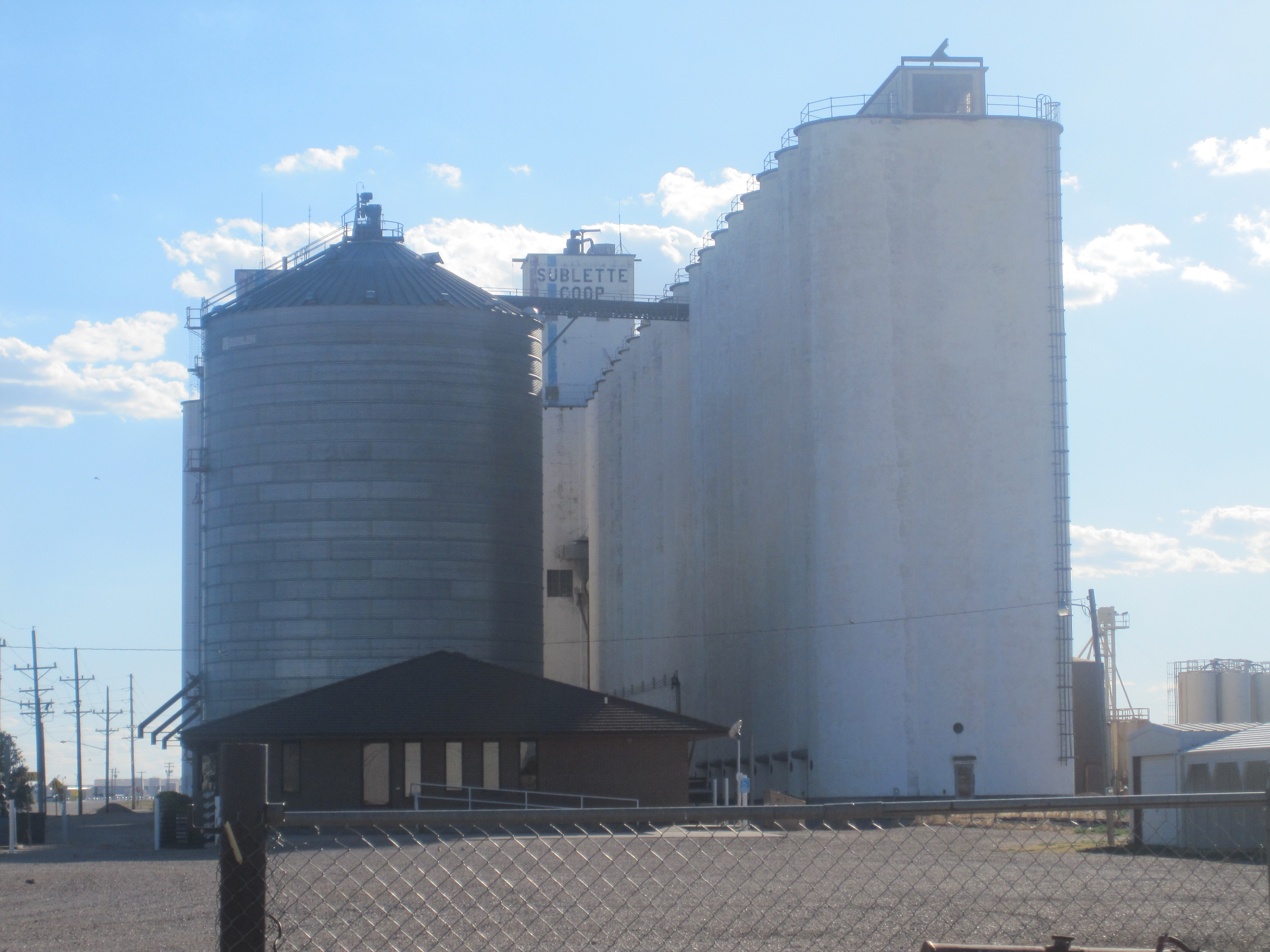 https://i1.wp.com/upload.wikimedia.org/wikipedia/commons/5/5f/Sublette,_KS_Co-op_grain_elevator_IMG_5967.JPG