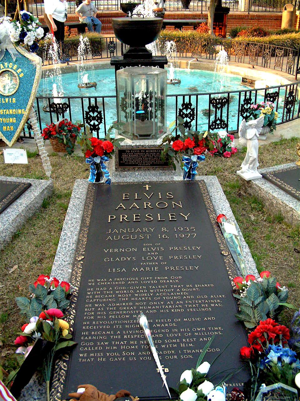 https://i1.wp.com/upload.wikimedia.org/wikipedia/commons/6/62/Elvis%27_tomb.jpg