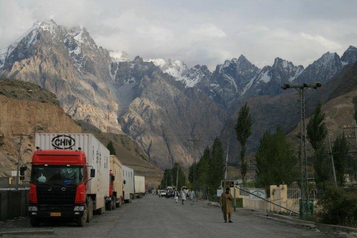 Camiones chinos con mercancías en la Karakoram Highway