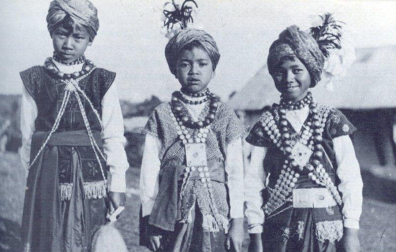 Gyerekek tradicionális ruhában