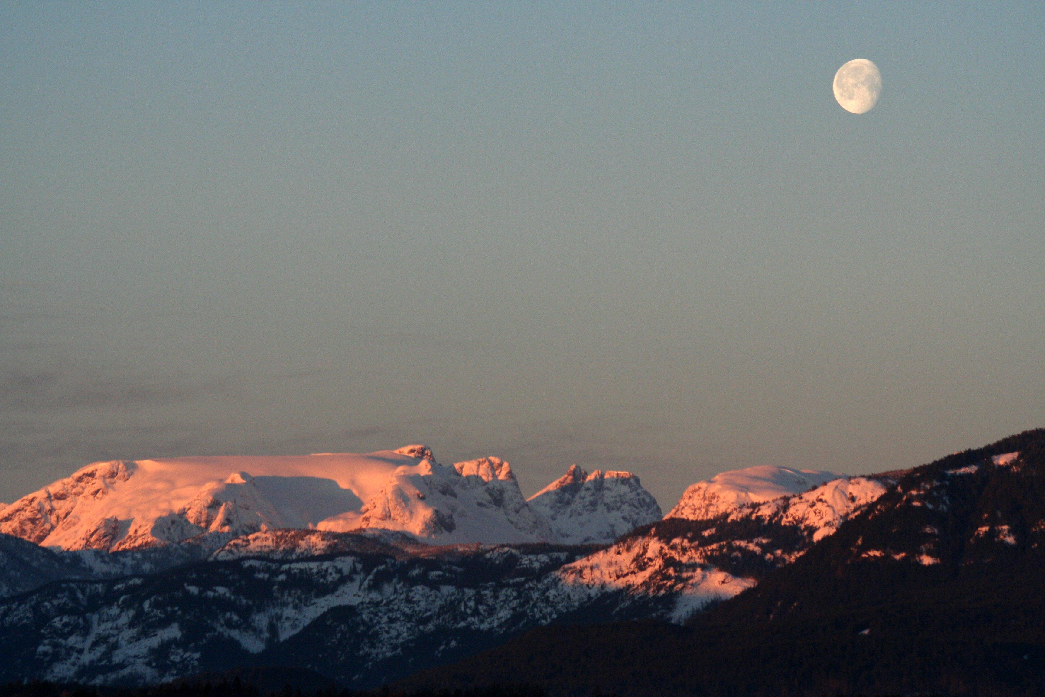 https://i1.wp.com/upload.wikimedia.org/wikipedia/commons/6/66/Comox_Glacier_on_a_February_Morning.jpg?ssl=1