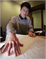 English: Photo of man using a tactile map
