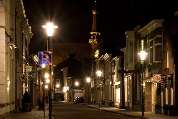 Grotestraat in Waalwijk, 's nachts.