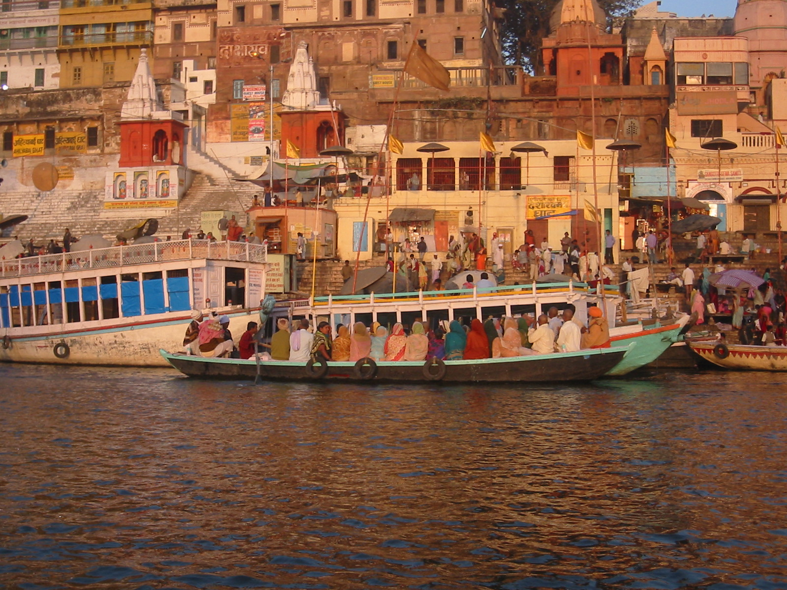 Dashashwamedha_ghat_on_the_Ganga,_Varanasi.jpg (1600×1200)