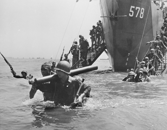File:US troops landing into deep water Morotai 017591.jpg