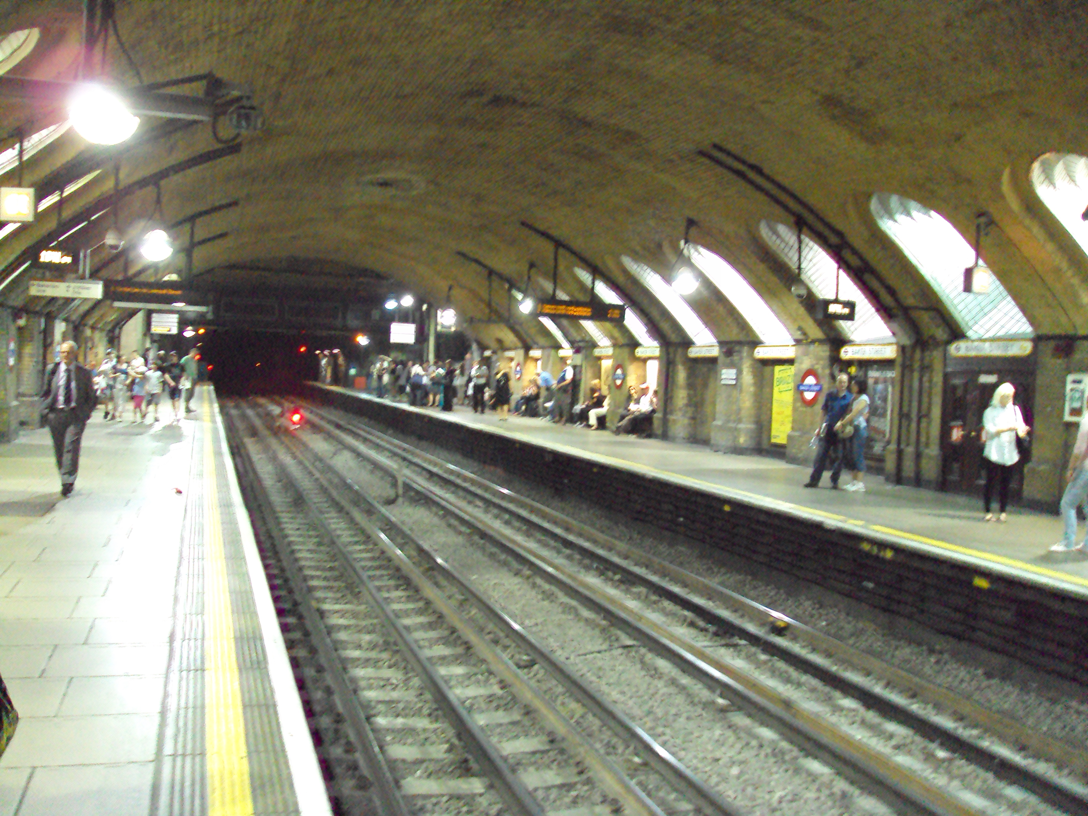 https://i1.wp.com/upload.wikimedia.org/wikipedia/commons/6/6c/Baker_Street_underground_station_-_DSC07030.JPG