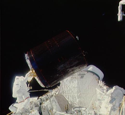 Palapa B2 sedang dimasukkan ke ruang cargo