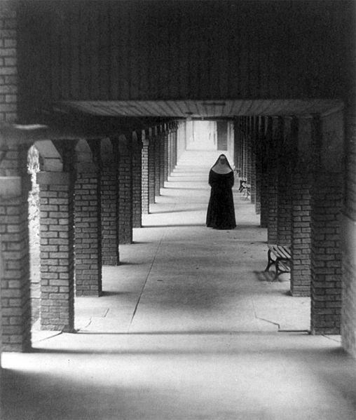 File:Nonne im Kreuzgang, 1930.jpg