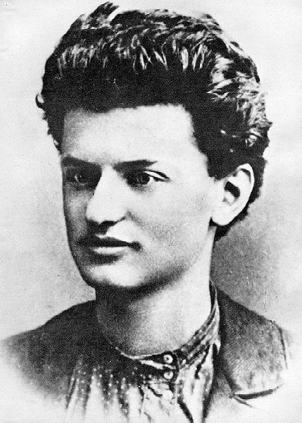https://i1.wp.com/upload.wikimedia.org/wikipedia/commons/6/6f/LeonTrotsky1897.jpg