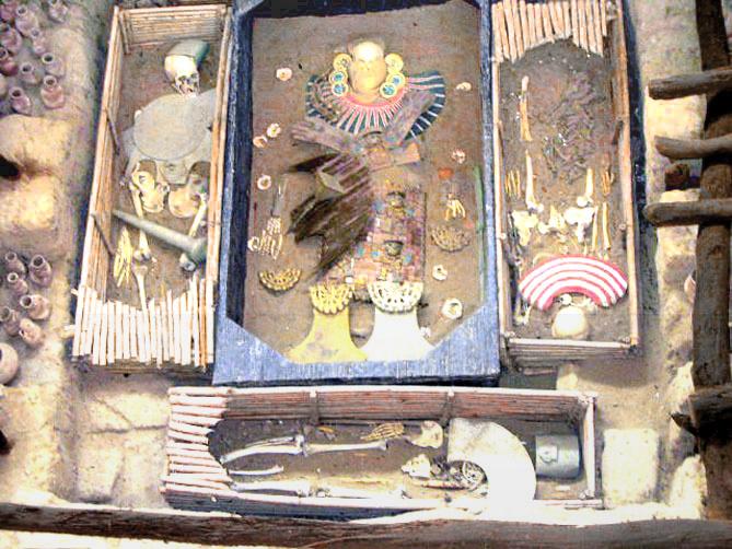 Tumba del Señor de Sipán junto a sus guardianes  - Ampliar imagen
