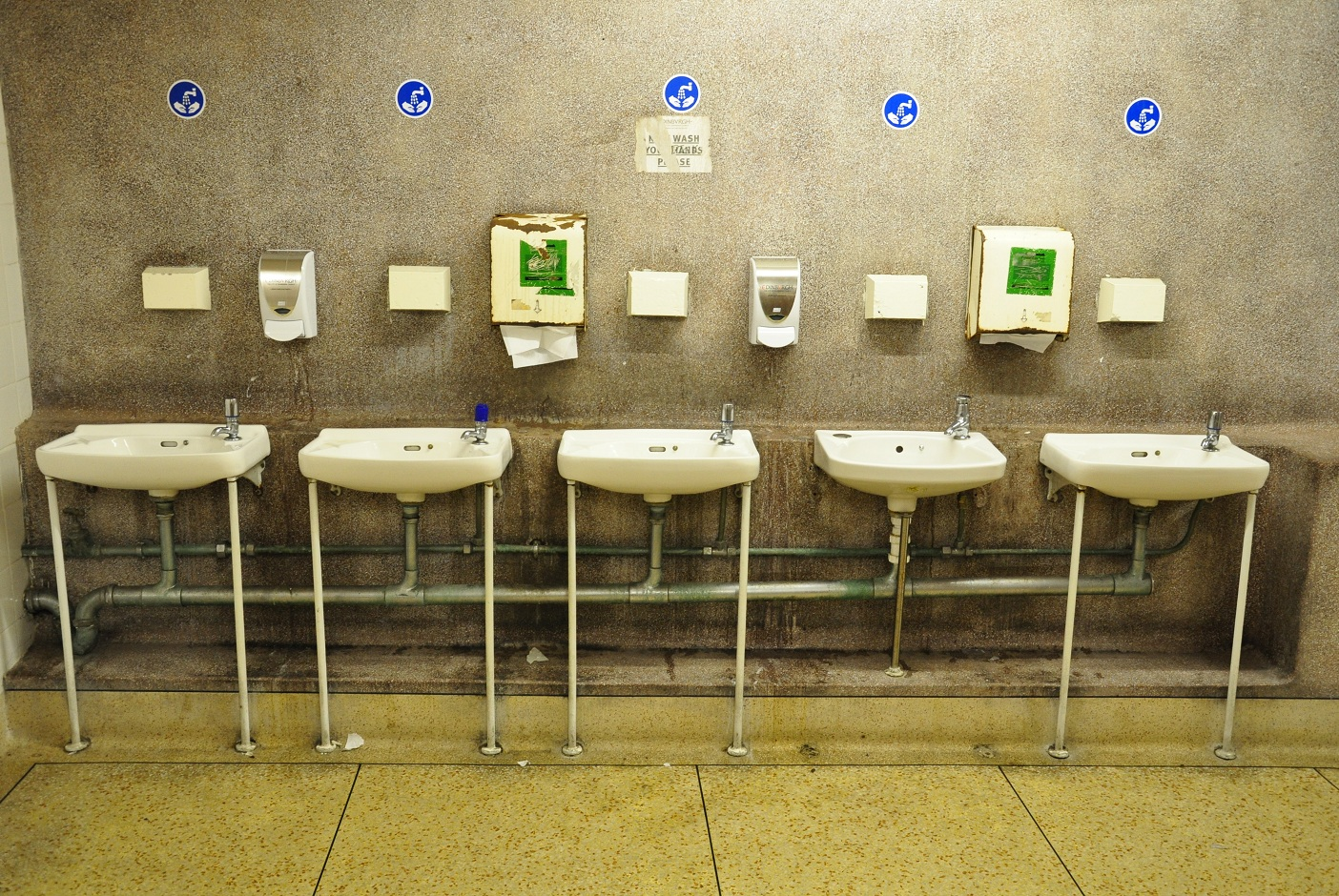 English: Sinks in the public toilet of the Cas...