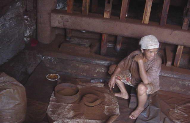 Berkas:Handmaking coffee in Indonesia.jpg