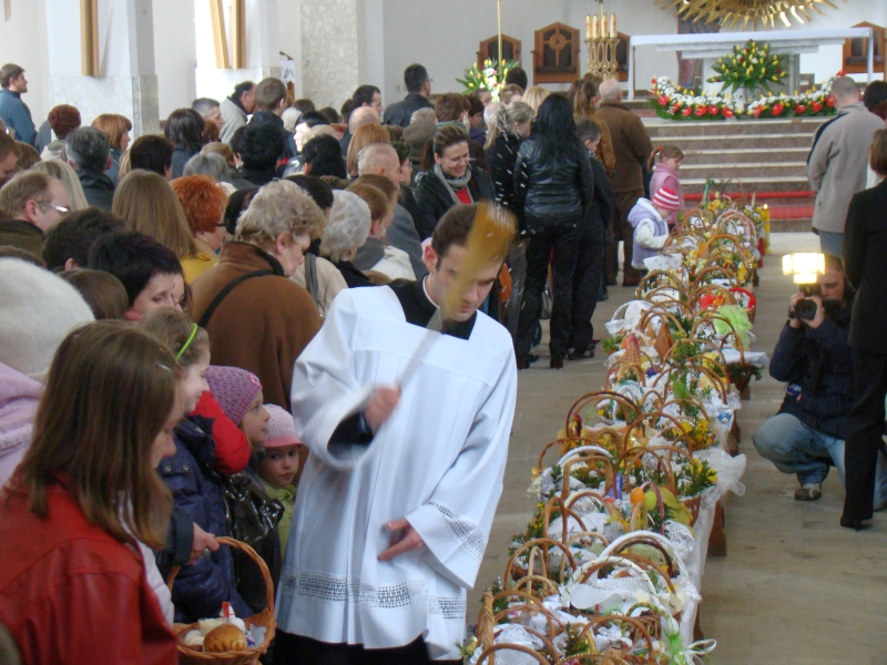 https://i1.wp.com/upload.wikimedia.org/wikipedia/commons/7/7d/Holy_Saturday%3B_the_blessing_of_the_Easter_baskets,_Sanok_2010_aa.JPG?resize=800%2C600