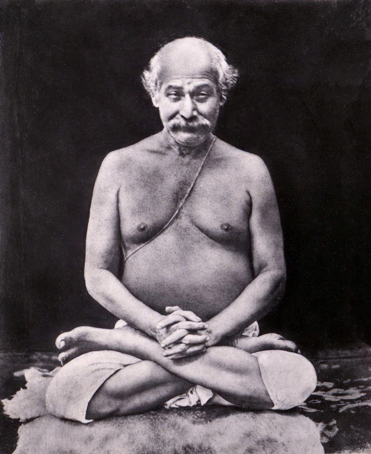 Lahiri Mahāśaya sentado em lótus. Foto do livro Autobiografia de um iogue, de Paramahamsa Yogananda