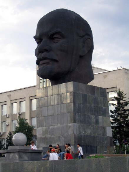 https://i1.wp.com/upload.wikimedia.org/wikipedia/commons/7/7e/Lenin%27s_head_in_Ulan_Ude.jpg?resize=438%2C584&ssl=1