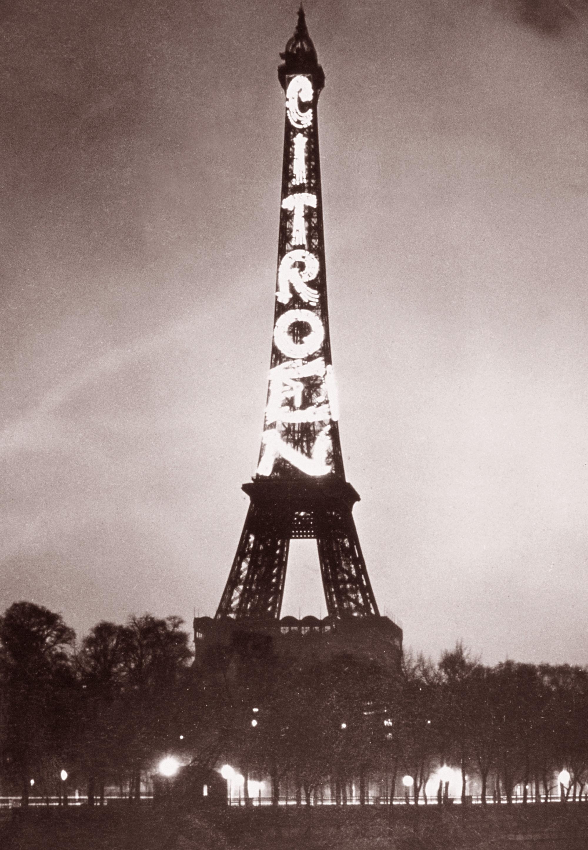 1924 - pubblicità sulla torre eiffel, ci vollero 250mila lampadine