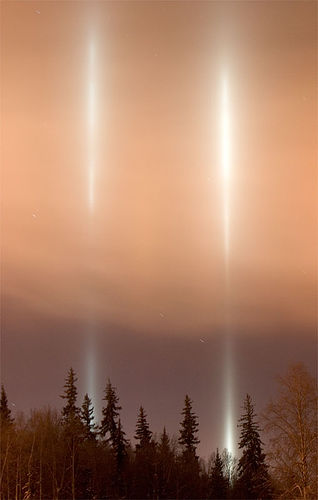 https://i1.wp.com/upload.wikimedia.org/wikipedia/commons/8/82/FairbanksUAFLightPillars.jpg?w=640