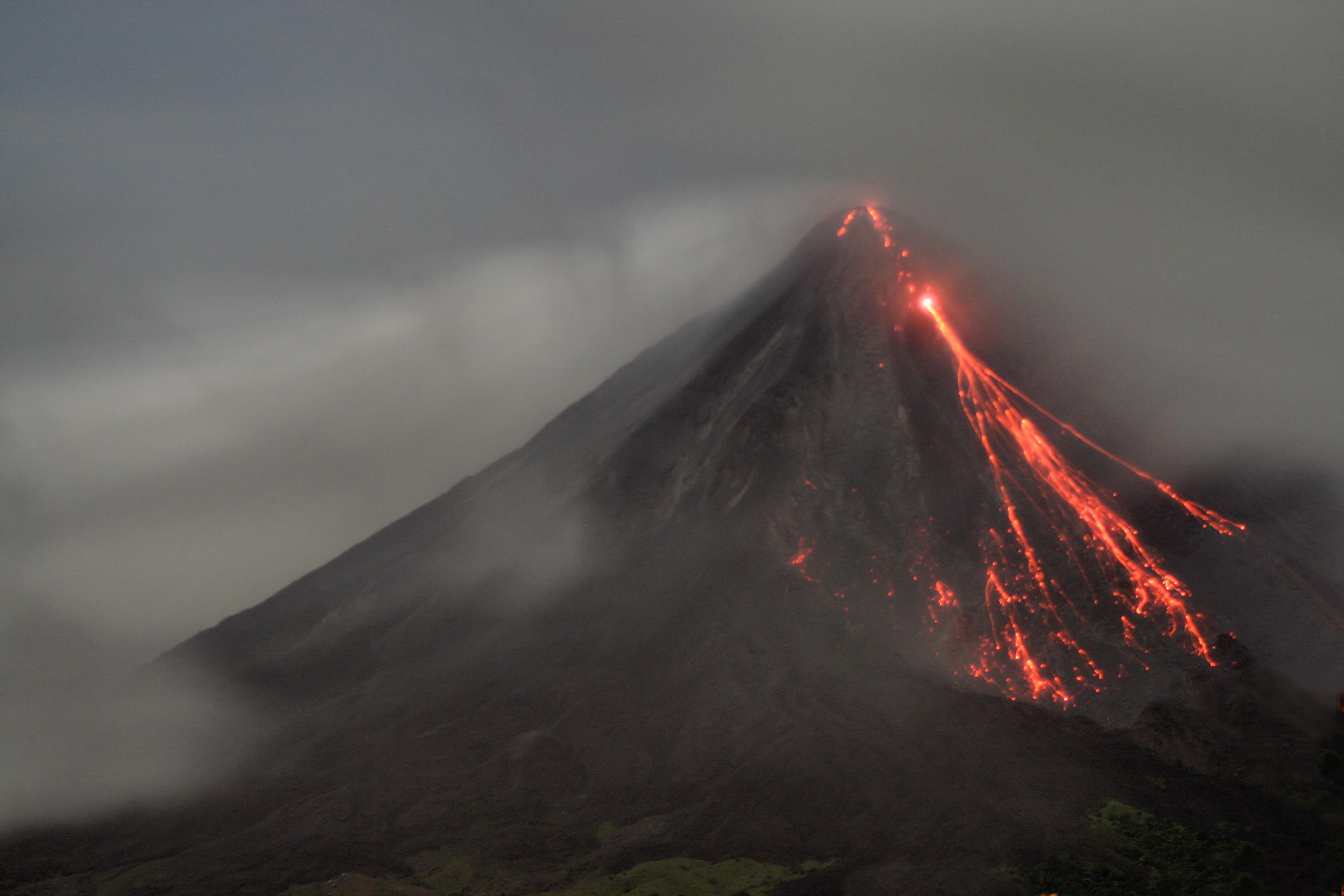 Vulcão Arenal em erupção