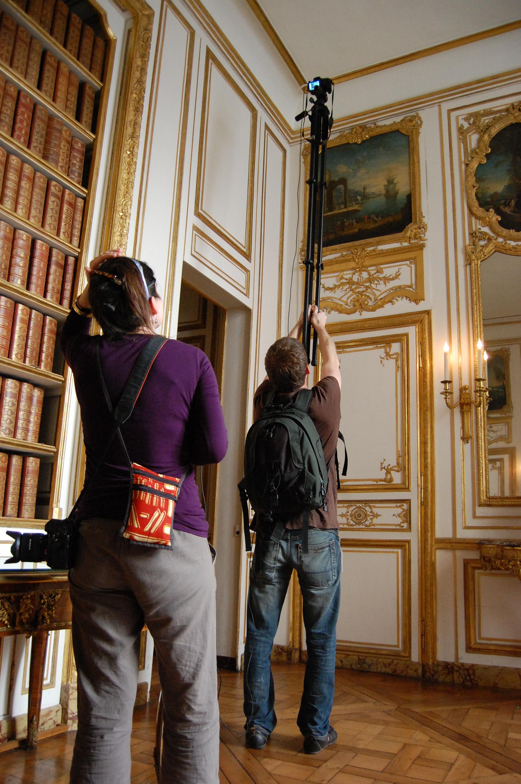 Des wikimédiens prennent des photos au château de Versailles (Trizek - CC-BY-SA)