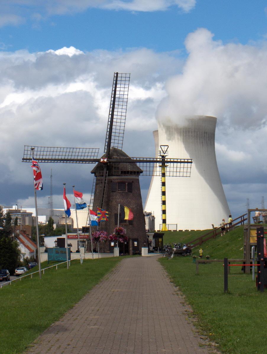 Centrale nucleare di Doel, Belgio. Fotografia di Friedrich Tellberg, licenza GNU 1.2