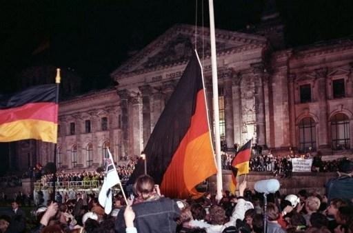 Bundesarchiv Bild 183-1990-1003-400, Berlin, deutsche Vereinigung, vor dem Reichstag