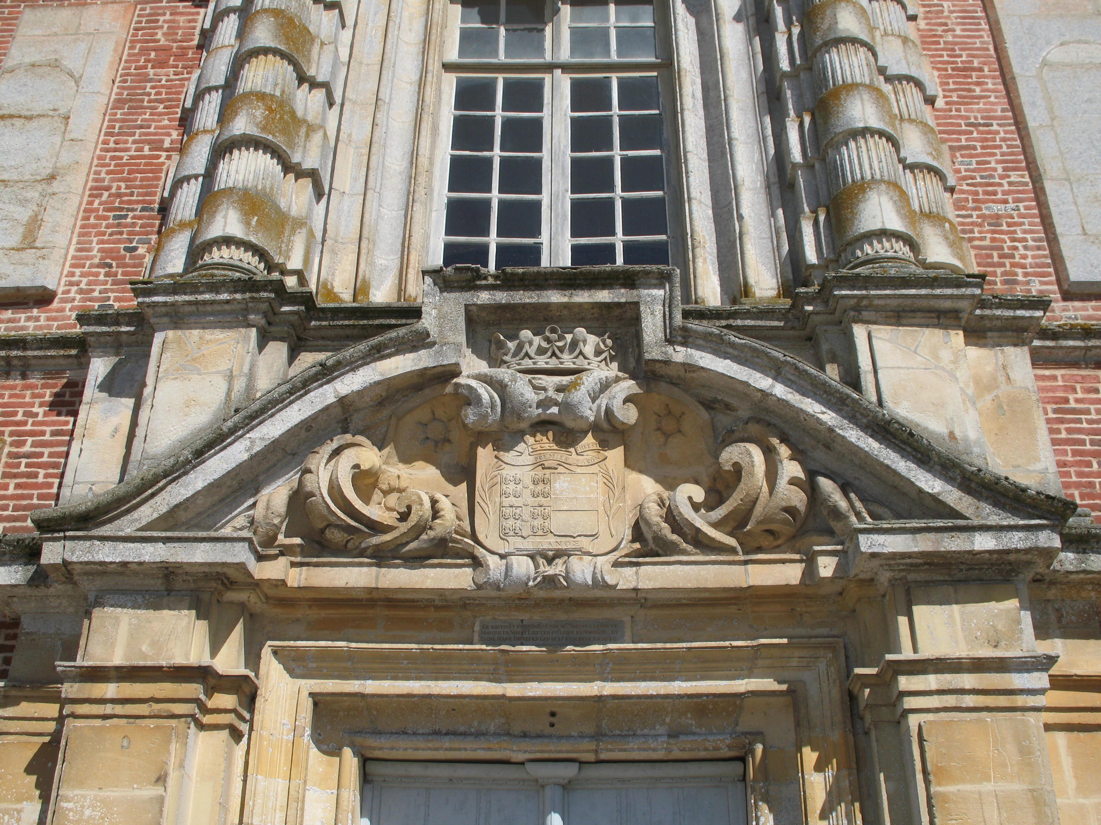 Wappen über der Eingangstür, Foto von PHILDIC, Lizenz: public domain/gemeinfrei
