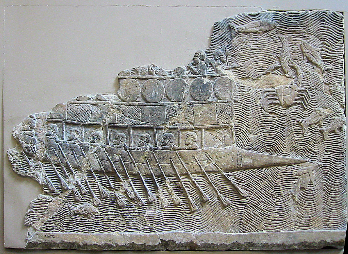 Relieve Asirio que muestra un birrme fenicio. La cabeza del nivel de los remeros aparece entre las vigas que sostienen la cubierta superior. Sobre la cubierta superior se colocan los escudos como protección