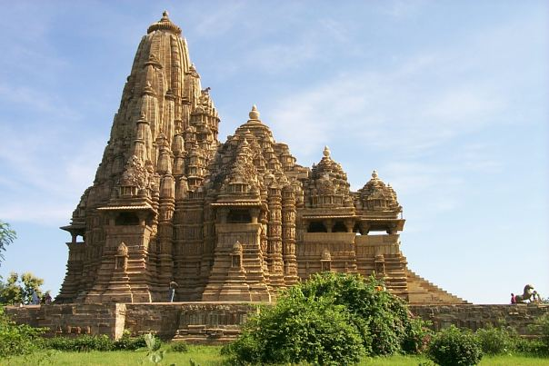 https://i1.wp.com/upload.wikimedia.org/wikipedia/commons/8/89/Khajuraho_-_Kandariya_Mahadeo_Temple.jpg?resize=604%2C403&ssl=1