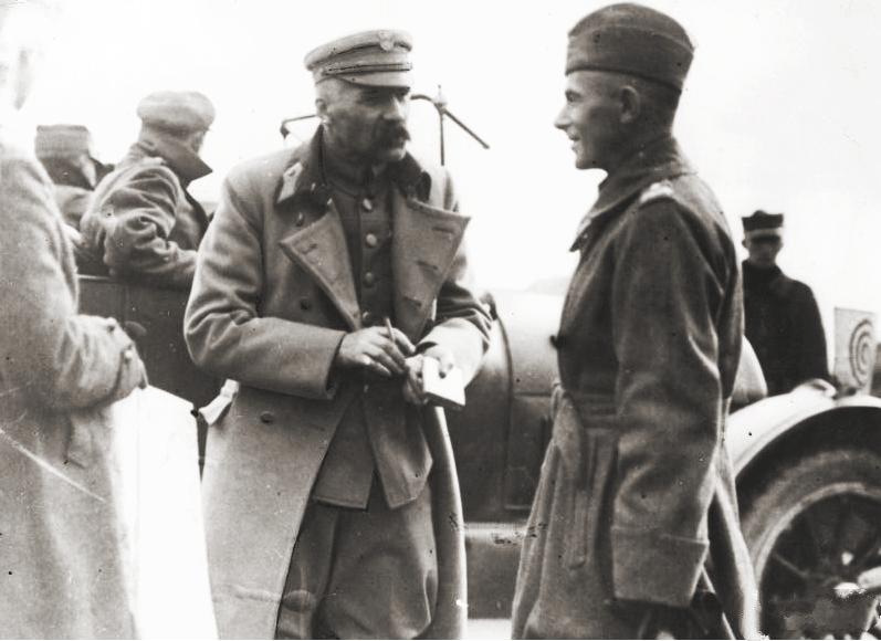 https://i1.wp.com/upload.wikimedia.org/wikipedia/commons/8/8a/Pilsudski_and_Rydz-Smigly.jpg